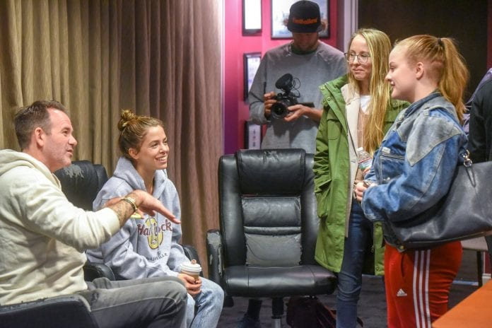 Vanessa Mai visits songwriting class