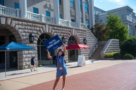 Belmont students welcome freshmen on campus